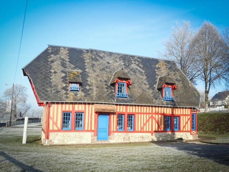 A library is settled inside this typical Normand house